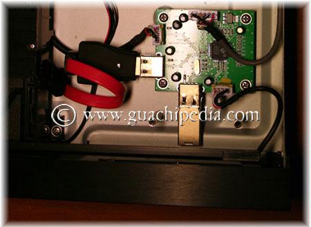 Conectar el adaptador USB-SATA y la memoria flash USB