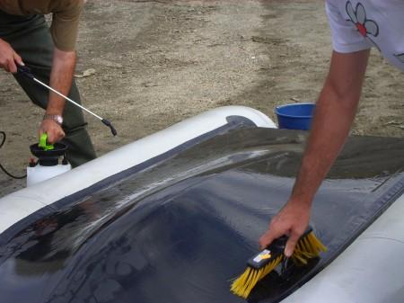 Desinfección y limpieza, mediante cepillado, de una barca.