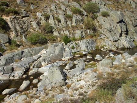 Río Barbellido aguas abajo de un azud de derivación de una minicentral hidroeléctrica en el término municipal de San Juan de Gredos. (Ávila).