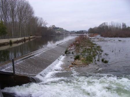 Azud de derivación de un antiguo aprovechamiento hidroeléctrico sobre el río Águeda a su paso por Ciudad Rodrigo (Salamanca).