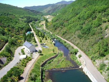 Río Porma aguas abajo del cuerpo de la presa (provincia de León). Poco o nada de natural tiene este río en este tramo.