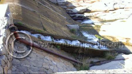 Escala de artesas sobre el azud de una minicentral hidroeléctrica en el río Barbellido