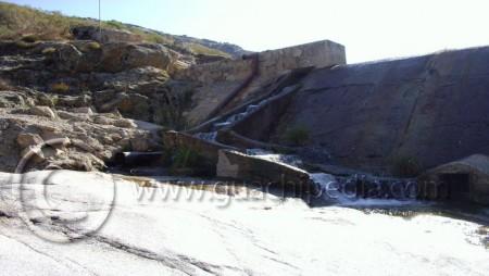 Escala de artesas sobre el azud de una minicentral hidroeléctrica en el río Barbellido (provincia de Ávila). Foto 2.