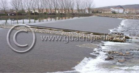 Escala de artesas sobre el azud de derivación del Canal de Castilla sobre el río Pisuerga en Alar del Rey (provincia de Palencia). Foto 4.